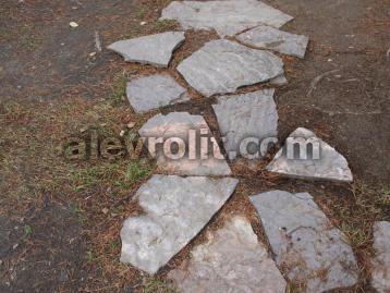 Дорожки из больших плит Алевролита на грунте